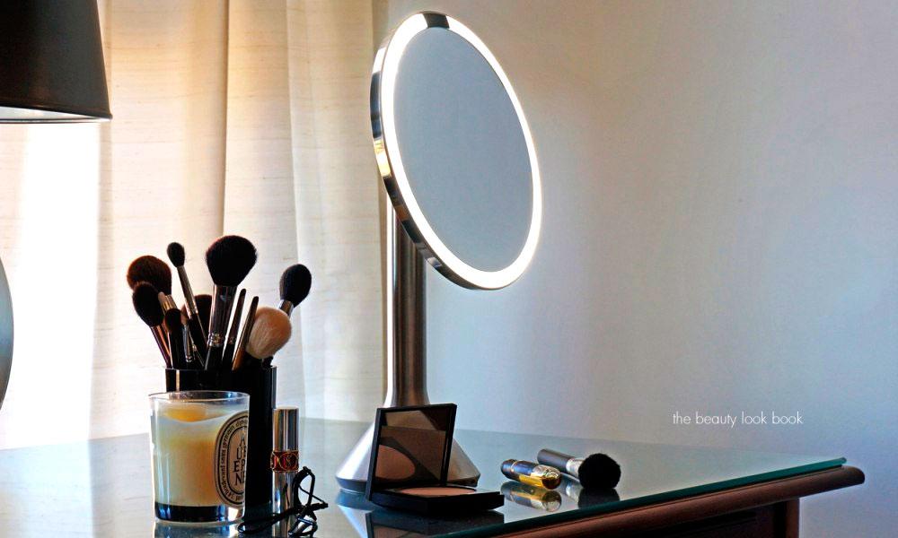 آینه های LED یکی از محصولات خوب برای واردات. اینها کار خانمها در اطاق آرایش را راحت کرده و همچنین نوع بزرگتر آنها برای استفاده در نزد روشویی مناسب هستند.