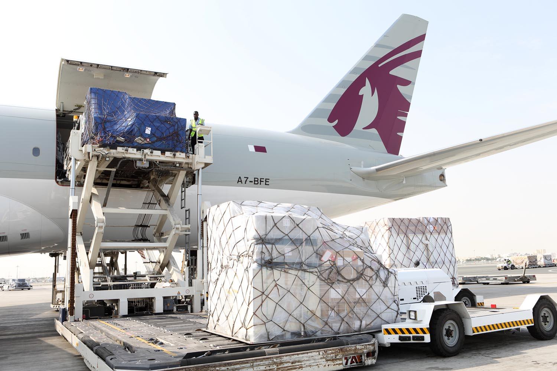 حمل و نقل کالا از چین به ایران همواره بحث حمل و نقل کالای خریداری شده مبحثی مهم برای انجام تجارت بوده و هست و خواهد بود. در بحث تجارت خارجی و از جمله تجارت با چین هم، یکی از ابعاد اساسی انجام صحیح این تجارت، انتخاب راه و روش صحیح برای حمل کالای مورد معامله است. اگر تصمیم به واردات به صورت مستقیم از چین داشته باشید، قبل از انجام خرید باید تمامی زمینه های آن را آماده کنید تا هنگامی که کالا آماده شد باچالش چه کنم و چگونه به ایران بیاورم مواجه نشوید. برای انتخاب شیوه ارسال کالا به ایران ابتدا باید بدانیم که چه نوع از کالا را قصد ارسال به ایران داریم؟ اگر جنس از ارزش و اهمیت بالایی برخوردار بوده باشد شیوه ارسال هوایی بار مناسب ترین گزینه هست تا در اسرع وقت به دست صاحب بار برسد. ولی در بارهای با وزن بالا و حجم زیاد و ارزش پائین، شیوه هوایی در بسیاری از موراد مقرون به صرفه نیست. به عنوان یک واردکننده ایرانی واردات کالا از چین دست شما برای انتخاب انواع مختلف لاین ها باز نیست. چرا که با توجه به شرایط تحریمهای وضع شده جدید، کشتی رانی های خارجی به ایران خدمات ارائه نمی دهند. ما در این مقاله سعی خواهیم کرد تا روشهای مختلف حمل به ایران را در 4 روش زیر برای شما شرح دهیم: روش پستی دولتی پست اکسپرس حمل بار هوایی حمل بار دریایی روش پستی دولتی: منظور از پست دولتی، چاینا پست یا هنگ کنگ پست هست که برای ارسال محموله های کمتر از دو کیلوگرم کاربرد دارد. با ارسال کالا ب این روش، زمانی در حدود سه تا پنج هفته طول می کش تا کالای شما به ایران برسد. پس از تحویل کالا به پست برای شما کد رهگیری صادر خواهد شد که از طریق این کدها می توانید کالای خود را ضمن پروسه انتقال به کشور بررسی کنید تا از وضعیتش آگاه شوید. این روش مزیتی که دارد سرعت خوبی در انتقال به ایران دارد و همچنین هزینه مناسب تری نسبت به پست اکسپرس دارد. همچنین از این روش می توان برای ارسال هدیه و گیفت به ایران نیز استفاده کرد. وقتی که فروشنده ای کالای شما را با روش پستی دولتی به ایران ارسال کند، پس از ورود کالا به ایران، پست جمهوری اسلامی ایران مسئول تحویل کالا یه شما خواهد بود. گمرک ناظر بر این پروسه هم گمرک مستقر در پست خواهد بود. پست اکسپرس از چین به ایران قبلا از طریق چندین شرکت پست سریع بین المللی امکان ارسال کالا از چین به ایران وج